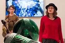 Nová výstava v městské galerii se blyští sklem.