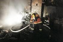 Do likvidace požáru se zapojili profesionální hasiči ze stanice Liberec spolu s dobrovolnými kolegy z Růžodolu.