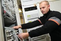 Na snímku servisní technik Martin Kumšta postupně vypíná části analogového vysílače, který o půlnoci nahradilo nejmodernější digitální zařízení.