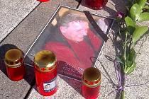 Pomníček zavražděnému taxikáři na Fügnerově v Liberci.