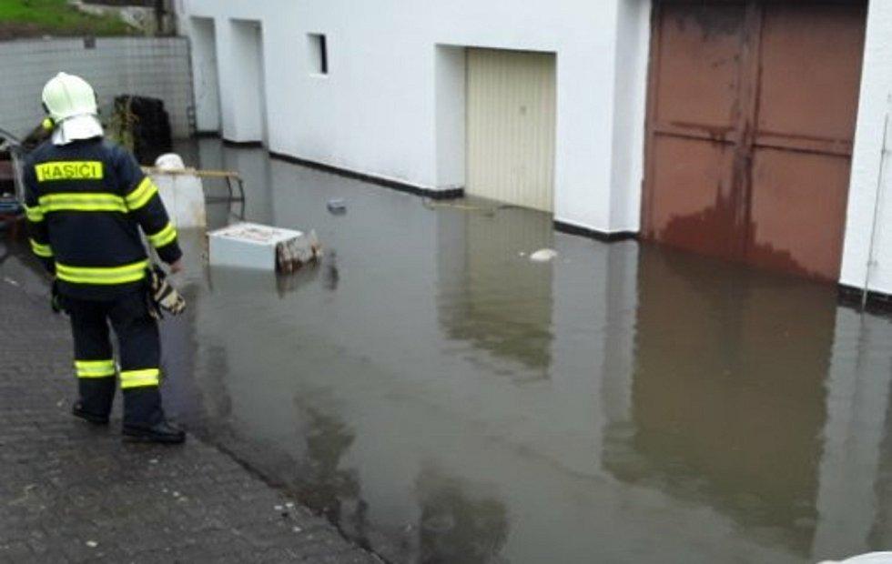 Vodní laguna v hotelu Impuls v Liberci ohrozila centrální elektrický rozvadeč ve sklepě.