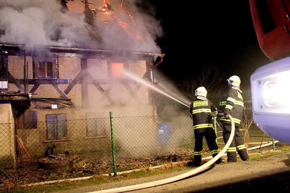 Hospodářskou budovu zachvátil ve čtvrtek po jednadvacáté hodině ve Vísce na Frýdlantsku požár. Již v době příjezdu hasičů byl celý objekt v plamenech.