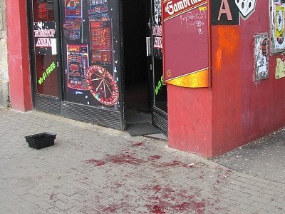 Krev před hernou pobouřila kolemjdoucí Liberečany.