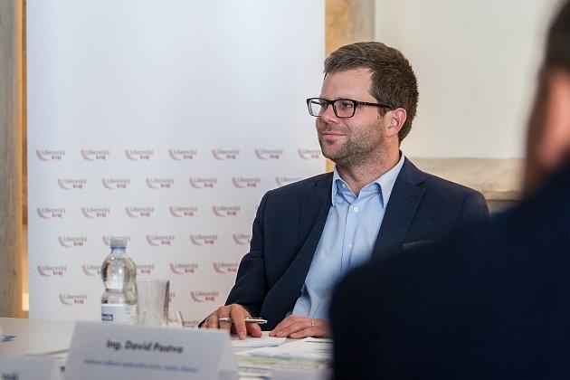 Moderovaná diskuze na téma 'Turistická sezóna vLibereckém kraji' proběhla 24.května vOblastní galerii Liberec za účasti hejtmana Libereckého kraje Martina Půty a dalších hostů. Na snímku je David Pastva.