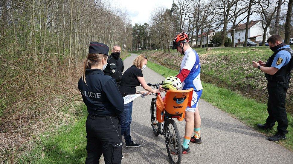 Na kole jen s přilbou. Policisté v kraji dohlíží na cyklostezky
