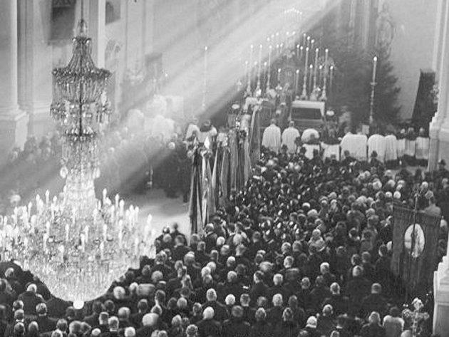 SMUTEČNÍ PRŮVOD. Shrabětem se loučily před 85lety tisíce lidí. Rakev byla vhejnickém chrámu pro veliký nával vystavena ještě dva dny po pohřbu. Vneděli si Hejnice připomenou šlechtice znovu.