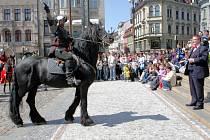 Průvod rytířů se předvedl v Liberci. Primátor města Jiří Kittner jej uvítal, povolil rytířské klání a obdržel dar – dýku.