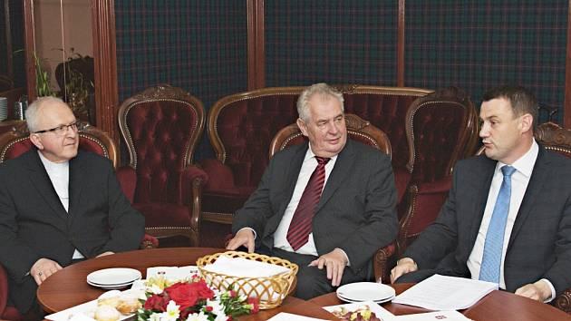 Miloš Zeman na setkání s těmi, kterým na vzniku hospice v Liberci záleží. Debaty se účastnil i litoměřický biskup Jan Baxant (vlevo).