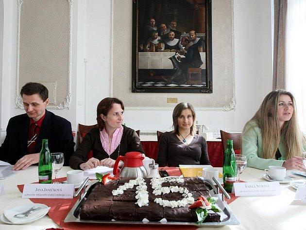 NADACE SLAVÍ 15 LET. Nadace Euronisa zahájila prodej cukrovinek na podporu Domova matek.