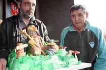 FRANTIŠEK PETERKA přijímá gratulace a také patnáctikilový dort.