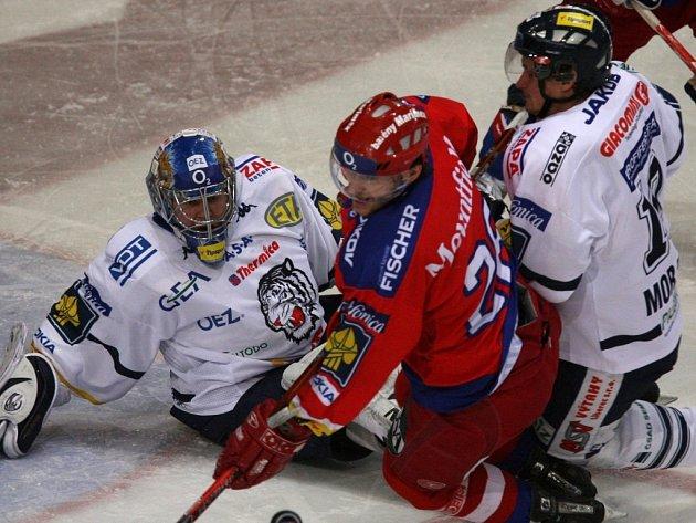 DOCHÁZEJÍ SÍLY. V prvním utkání venkovní série v Č. Budějovicích Tygři vyhráli, v posledním prohráli v Litvínově.