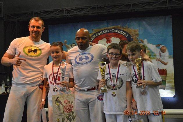 Zleva stojí trenér Tomáš Zummer, stříbrná Sandra Filipi, Mestre Pacoca, zlatý Matěj Zummer, bronzový Tobiáš Tomín.