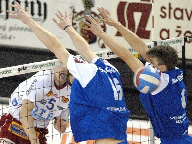 Liberecký Ticháček (v bílém dresu) se na síti prosazuje proti kladenskému dvojbloku Sobotka, Skladaný. Snímek je ze třetího vzájemného utkání Dukly a Kladna v dlouhodobé části extraligy, které Liberec vyhrál 3:1.