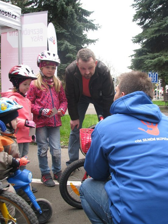 Na dopravním hřišti v Liberci. S dětmi sem přišel vyzkoušet řidičské dovednosti i primátor Liberce Tibor Batthyány.