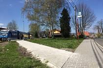 NOVÝ chodník k nádraží.