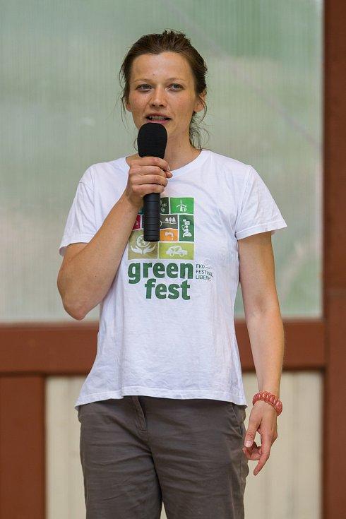 Greenfest, festival plný inspirativních přednášek a dílen na témata přírodní stavitelství, energetická soběstačnost, permakultura, zdravá strava či osobní rozvoj proběhl 3. června již po páté. Na snímku produkční festivalu, Kateřina Dederová.