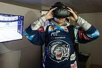 První oficiální prezentace Sence Areny se uskutečnila 18. prosince v prostorách Svijanské arény v Liberci. Virtuální trénink si vyzkoušel útočník Bílých Tygrů Liberec Michal Bulíř (na snímku).