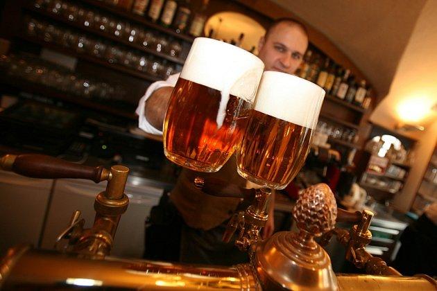ŽÍZEŇ JE VELIKÁ. Horké červnové počasí zvedlo spotřebu piva. Hospody praskají ve švech, pivovary lámou rekordy.