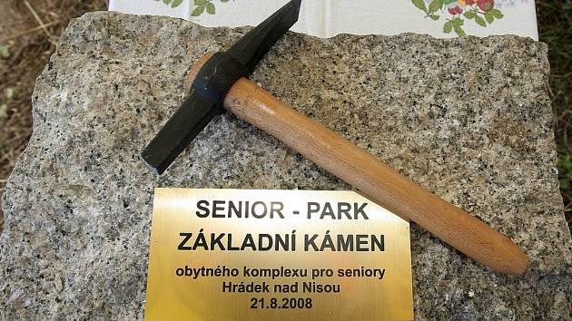 Na základní kámen klepali hejtman Libereckého kraje Petr Skokan a starosta Hrádku nad Nisou Martin Půta.