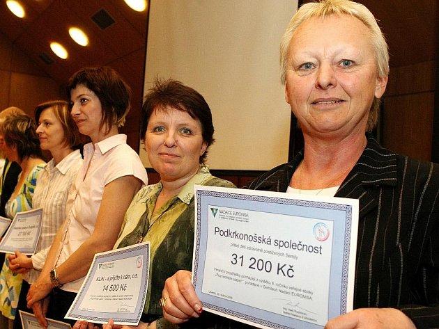 OBDAROVANÉ SPOLEČNOSTI. Takhle se představitelé neziskových organizací z celého Libereckého kraje radovali z peněz, které jim sbírka Nadace Euronisa vynesla minulý rok.