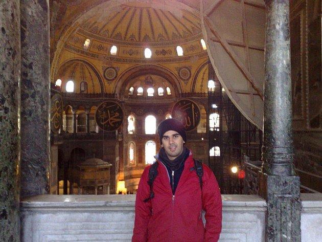 """UVNITŘ HAGIE SOFIE. Takhle vypadá zevnitř proslavený """"chrám moudrosti"""". Stavba, která za dobu své existence stihla být katedrálou i mešitou je dnes běžně přístupná turistům. I když jsem měl na prohlídku Istanbulu pouhou hodinu."""