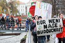 Protest proti sloučení sklářských škol před Krajským úřadem Libereckého kraje v Liberci.