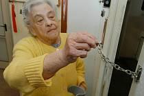 NEPOUŠTĚT CIZÍ LIDI DOMŮ. Podvodníci využívají často dojemné historky. Také na seniory nepřiměřeně tlačí. Ilustrační foto.