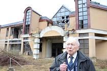 NEBYL ZÁJEM dostavět kulturní dům v Chrastavě, takže jeho stavbyvedoucí Ladislav Šírl musel s nechutí koukat, jak po roce 1990 dům postupně chátrá a šance na jeho dokončení se rozplývají. Stejně to cítí i Chrastavané, kteří dům vlastnoručně postavili.