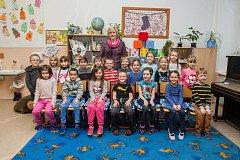 Prvňáci z 1. A Základní školy Hejnice se fotili do projektu Naši prvňáci. Na snímku je s nimi třídní učitelka Martina Honysová.