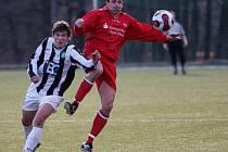 Na snímku ze zápasu Český Dub - Hrádek nad Nisou hrádecký Josef Just, kterého atakuje Zdenek Suchomel.