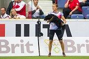 Poslední den Mistrovství světa v agility proběhl 8. října v Home Credit areně v Liberci. Na snímku je Martina Magnoli Klimešová se psem Kiki před disciplínou agility jednotlivců se středně velkými psy.