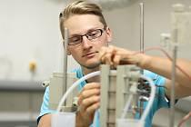 Jakub Kosina v laboratoři.