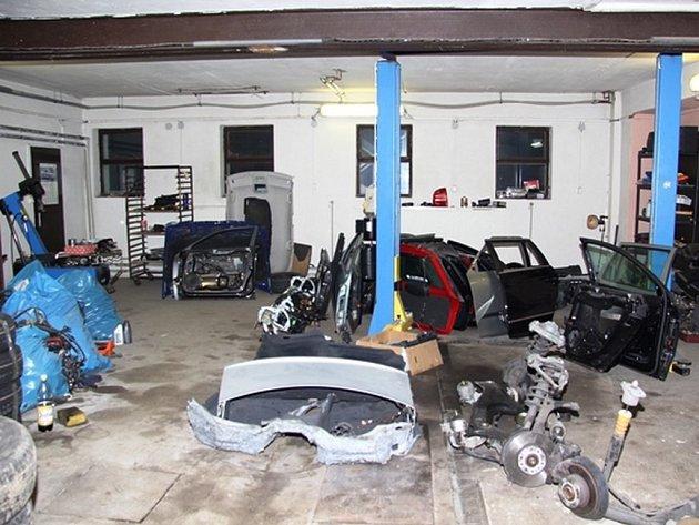 Policisté zajistili čtyři stovky dílů z rozebraných automobilů.