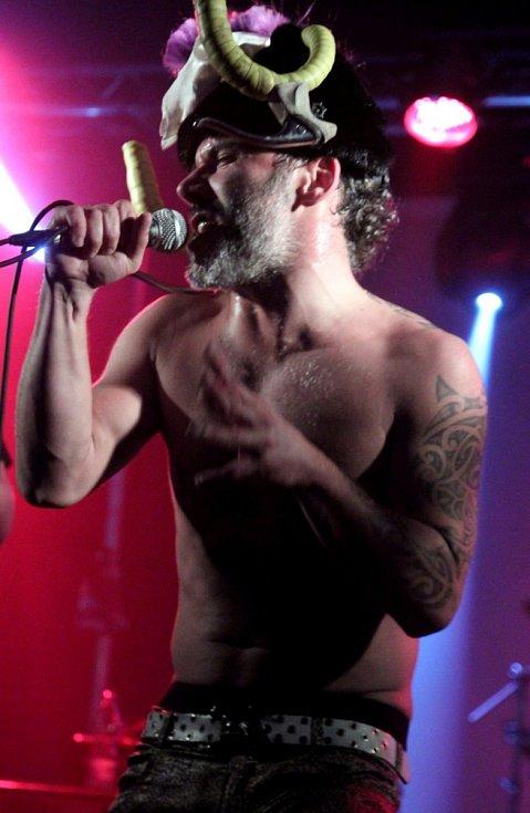 ŘIDÍTKA OD FAVORITA měl na hlavě zpěvák z kapely Ovčie Kiahně.