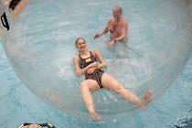 JEDNÍM Z NEJVĚTŠÍCH LÁKADEL JE AQUAPARK. Mezi nejnavštěvovanější místa libereckého Centra Babylon patří aquapark, kde před časem lidé zkoušeli také aquazorbing.
