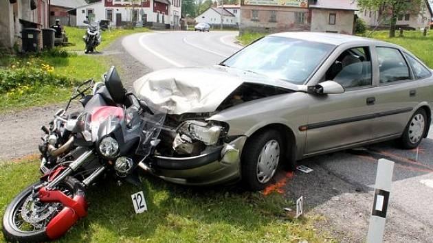 Nehoda motorky a auta v Kořenově na Jablonecku.