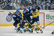 Utkání 42. kola Tipsport extraligy ledního hokeje se odehrálo 21. ledna v liberecké Home Credit areně. Utkaly se celky Bílí Tygři Liberec a Aukro Berani Zlín. Na snímku zleva (v modrém) Daniel Špaček a Lukáš Vantuch.