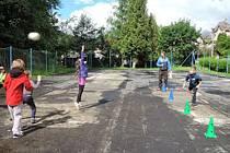 HŘIŠTĚ U ZŠ Na Výběžku v Harcově se konečně dočká opravy. Další jsou školní hřiště u ZŠ Křižanská a Vrchlického.