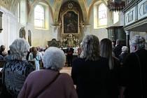 KOSTEL SV. ANNY. Vzpomínkové bohoslužby v dětřichovském kostele se zúčastnily asi dvě třetiny místních, zástupci hasičů i bývalí rodáci a jejich děti, kteří žijí v Německu.