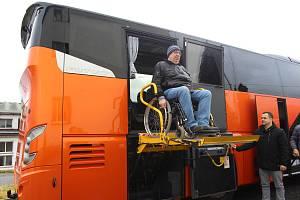 Autobusový dopravce ČSAD Liberec představil přírůstek do své flotily - autobus VDL Futura FHD2-129/410 určený pro přepravu handicapovaných.