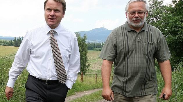 Ministr životního prostředí Martin Bursík (SZ) zavítal do oblasti chráněného ložiskového území Kotel v Podještědí. Zde se také setkal s hlavním odpůrcem vyhlášení chráněného ložiskového území Josefem Jadrným (SZ).