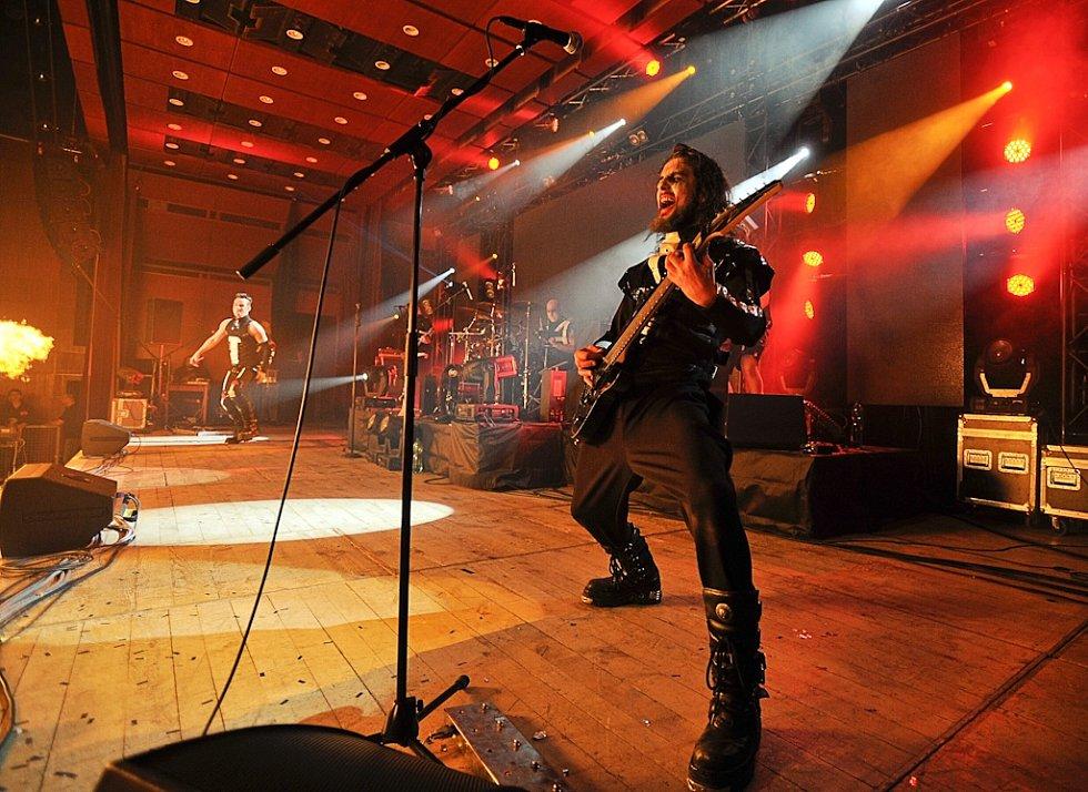 LEPŠÍ NEŽ LONI. Revival Rammstein R+ Members Club od minulého roku ještě vypiloval vizuální stránku vystoupení.