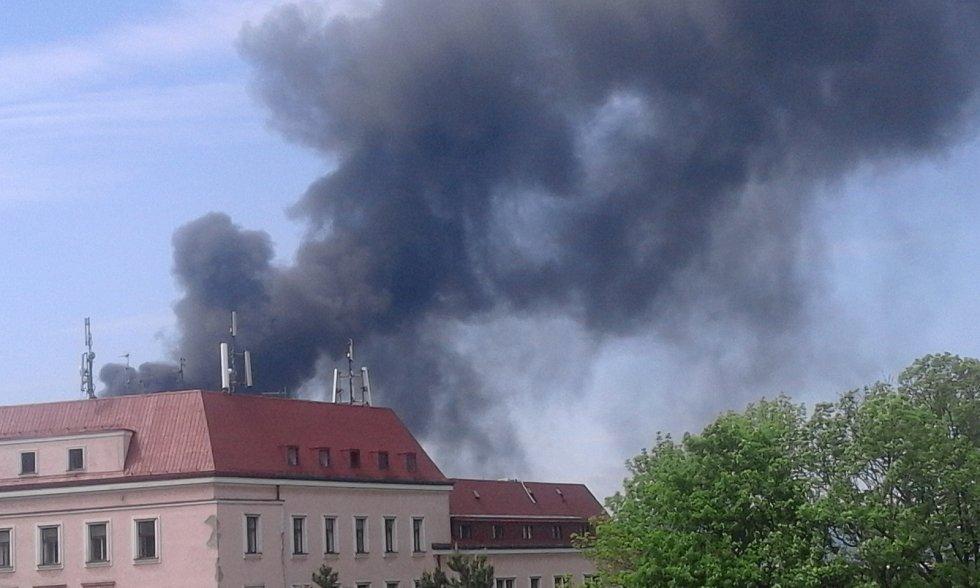 Černý dým zahaluje Liberec - hoří v areálu Severochemy.