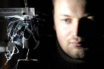 Jehlový spinner vyrábí nanovlákno.