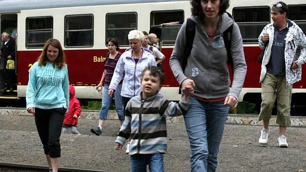 """HISTORICKÉ JÍZDY. Jízda kořenovskou zubačkou je sama o sobě atrakcí. Velmi oblíbené jsou i nejrůznější historické jízdy. O tomto víkendu například vozila turisty z Tanvaldu do Harrachova zvláštní historická souprava vedená ozubnicovou lokomotivou """"Rakušan"""
