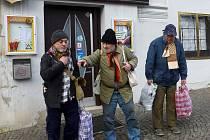 Dieter, Pavel a Jirka tři dobře situovaní muži v převlečení za bezdomovce. Testovali, jak se k nim budou kde chovat.