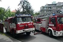 HASIČI VYVÁDĚLI OSOBY ZE ZAKOUŘENÉ BUDOVY. Liberečtí profesionální hasiči ve spolupráci s dobrovolníky z Růžodolu a Vratislavic ve čtvrtek zasahovali u cvičného požáru v Léčebně dlouhodobě nemocných Krajské nemocnice Liberec.