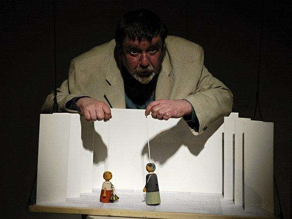 ZDENĚK PEŘINA zNaivního divadla získal Cenu Thálie za celoživotní mistrovství voboru loutkové divadlo. Vangažmá libereckého divadla byl přes čtyřicet let.