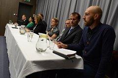 Lídři se nejprve vydali Deník busem k hnědouhelným dolům v Polském Turówě. Poté debatovali s občany Hrádku nad Nisou a následně se přesunuli na diskuzi s občany Liberce v sále zachráněného  kina Varšavy.