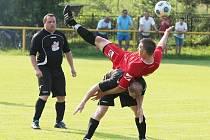 SOUBOJ VE FINÁLE. Nahoře je domácí Milan Mazánek, autor jednoho z osmi gólů, a pod ním Aleš Kysela z Osečné.